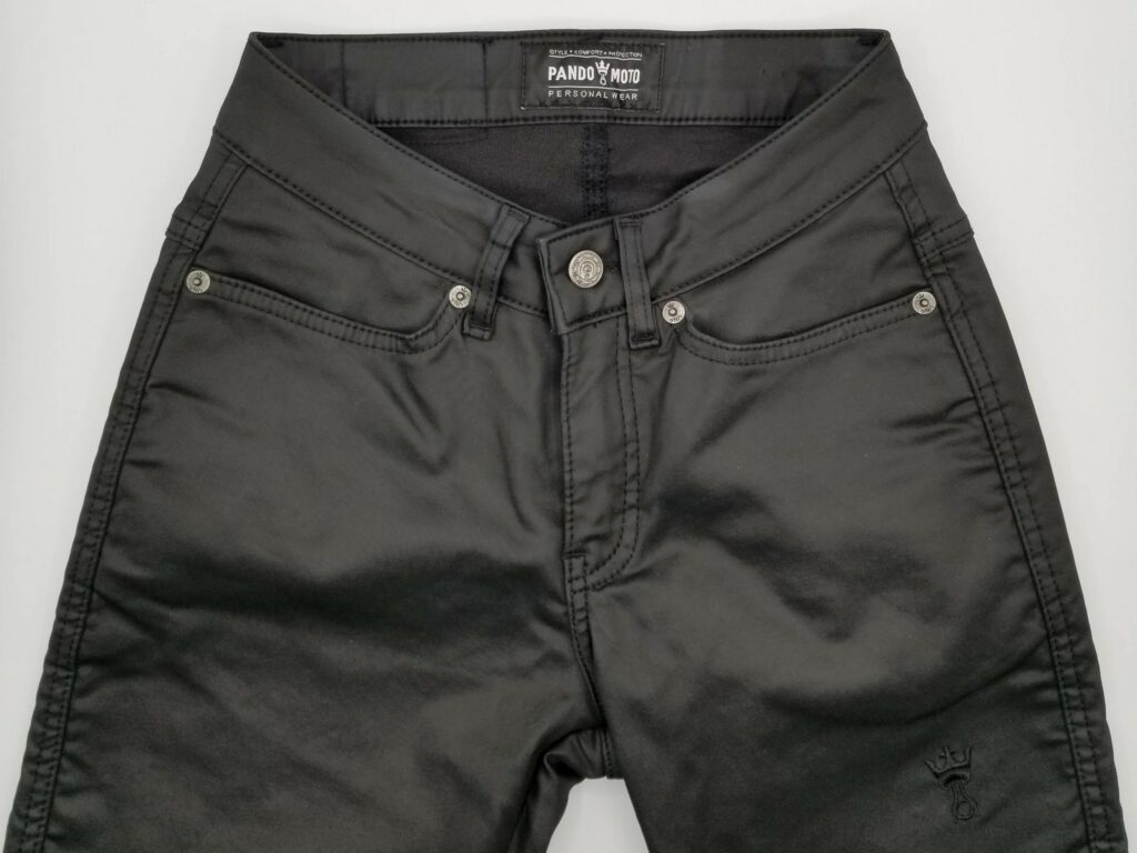 Front view of the Kusari Kev 02 jeans